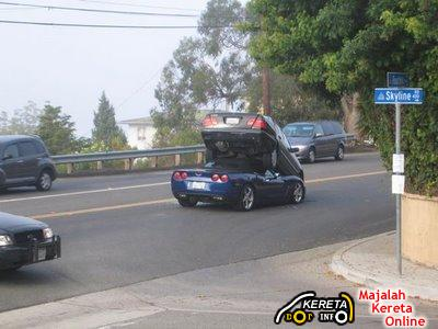Corvette C6 and Mercedes-Benz E-Class Caught in Hot Action