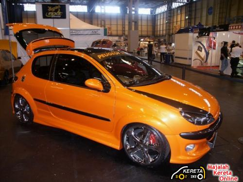This Peugeot 206 looks sporty with this black and orange colour.