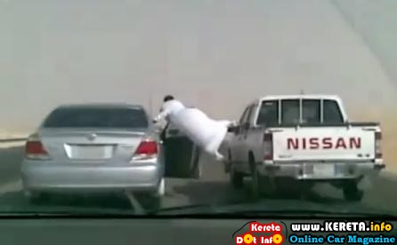 arab crazy stunt - get out of car at speed more than 100kmh