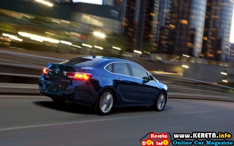 2013 Buick Verano Turbo rear right side view 460x287