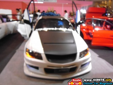 extreme modified cars with scissors door